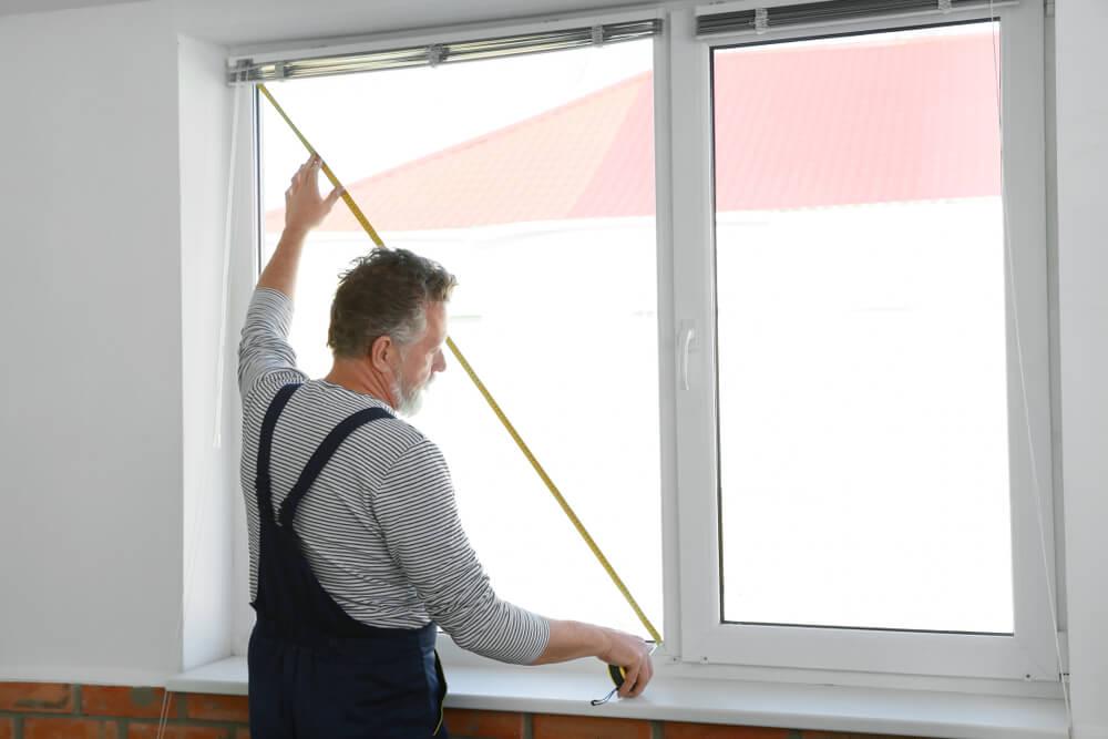 Glaszetter een raam inmeten